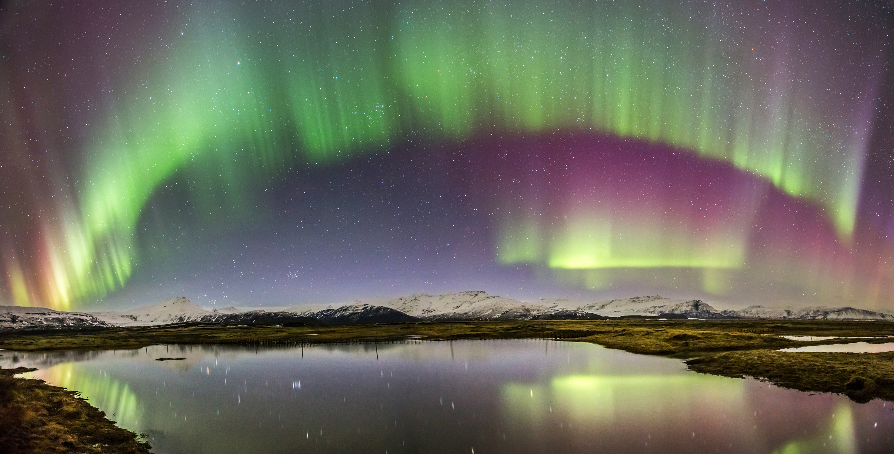 aurora_over_icelandic_lake